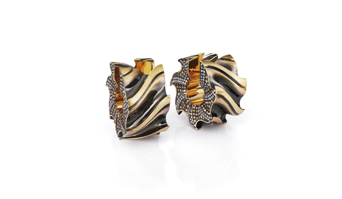 Zayil earrings of partially oxidized yellow gold in the shape of a slab mill with polished teeth, Otto Jakob