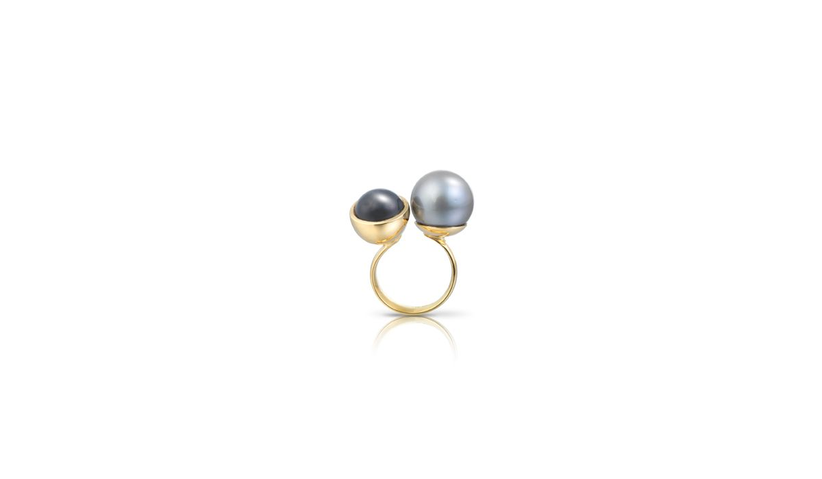 Tina Engell, Gold ring with Tahitian pearl & Grey Moonstone