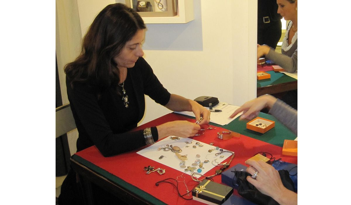 francesca caltabiano working on a repechage jewel