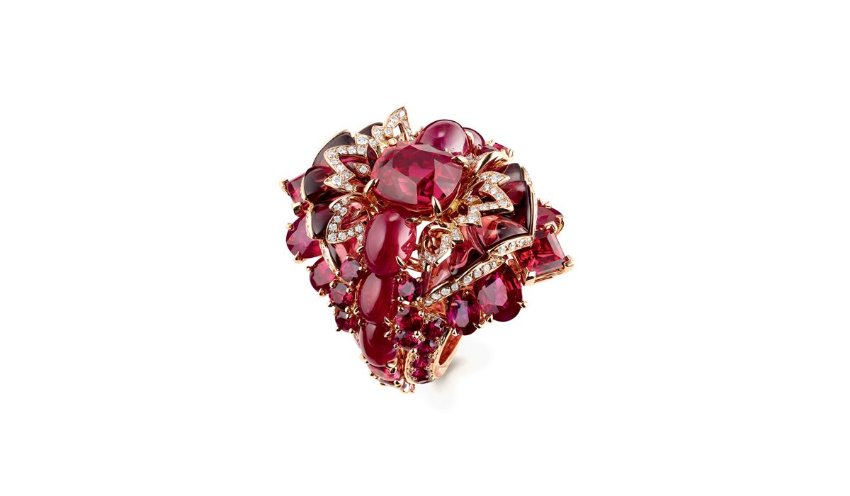 Ring in pink gold and lacquer, set with rhodolite garnet, rubies and diamonds, Chaumet est une Fête High Jewellery Collection, Chaumet