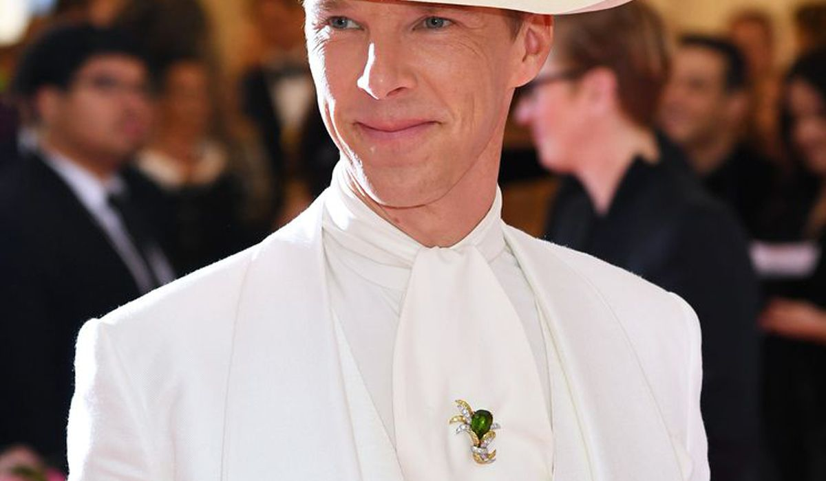Benedict Cumberbatch wearing a gold and peridot brooch by Verdura