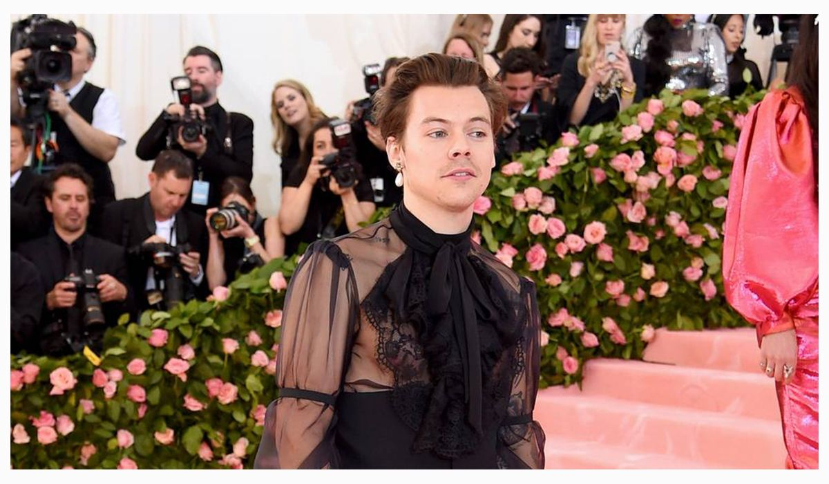 Harry Styles wears a single pearl earring by Gucci